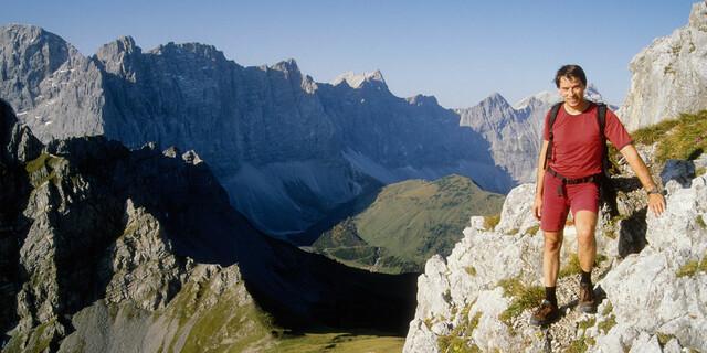 Gerade in absturzgefährlichem Gelände ist eine solide Gehtechnik wichtig. Um den Blick vom Gamsjoch (Karwendel) auf die Laliderer Wände zu genießen, hält man besser kurz an - und sich fest. Foto: Andreas Dick