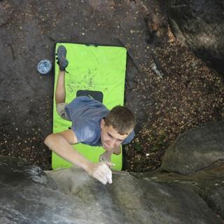 Junger Boulderer in Aktion. Foto: Renate Hubel