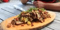 Taurista: Auf den bewirtschafteten Almhütten des Salzburger Landes werden belegte Brote zuweilen recht kalorienreich interpretiert.  Foto: Traian Grigorian