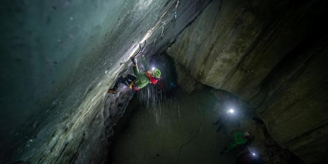 Das steile Eis der Grotte ist gar nicht so einfach zu klettern. Foto: DAV / Silvan Metz