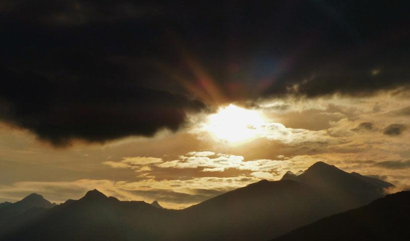 Abendhimmel in Südtirol - So darf's weitergehen. Abendhimmel über den Südtiroler Bergen bei Sterzing.
