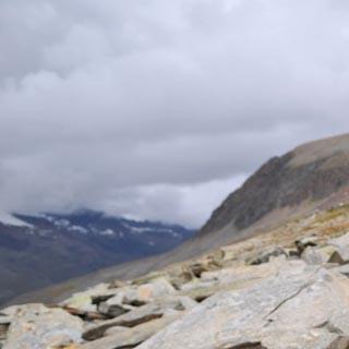 Abstieg zur Langtalereckhütte - Schuh-Plattler. Bestens gepflastert ist der Abstieg zur Langtalereckhütte – manchmal.