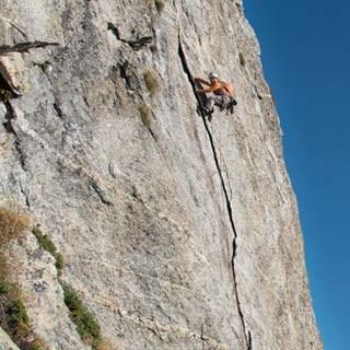 <p>Schön rauslehnen: Am Spazzacaldeira gibt es jede Menge moderne Kletterrouten.</p>  <p>Foto: Ralf Gantzhorn</p>