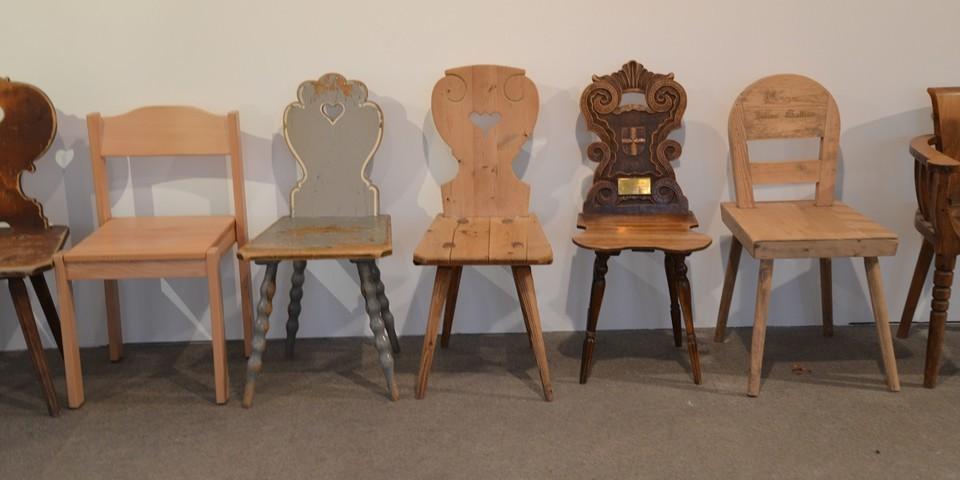 Hüttenstühle: Viele Hütten sind ähnlich eingerichtet. Das zeigt sich auch an den Stühlen. 20 Stühle von 20 Hütten werden in der Ausstellung gezeigt. Diverse Sektionen. Foto: Friederike Kaiser