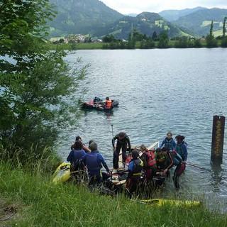 Gruppe beim Ablegen mit ihrem selbstgebauten Floß. Foto: JDAV / Claudia Wegmann