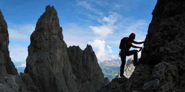 Der Oscar-Schuster-Steig am Plattkofel (Dolomiten) steht für die ursprüngliche Klettersteig-Idee: Er bietet stellenweise Sicherungen am logischen Weg des geringsten Widerstandes. Foto: Andreas Jentzsch