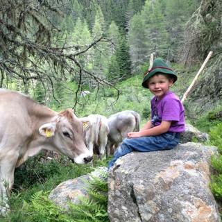 In den Bergferien lässt sich auch Kontakt zur Tierwelt knüpfen. Foto: Stefan Steinegger