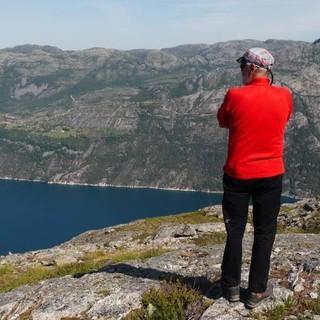 An der Kante oberhalb Stufe 3.500 muss Zeit sein für den Ausblick auf den Lysefjord. Foto: Antes & Antes