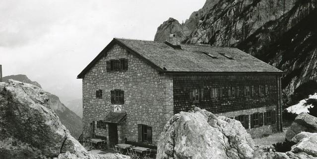 """In der Architektursprache """"keine Experimente"""". Neue Blaueishütte, errichtet zu Beginn der 1960er Jahre. Archiv des DAV, München"""