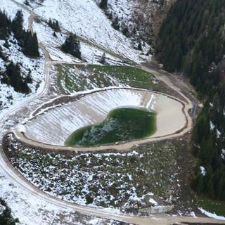 Der massive Speicherteich am Brauneck. (Foto: F. Speer)