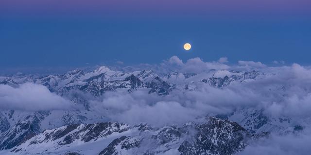 Vollmond über der Venedigergruppe vom Gipfel des Großglockner fotografiert. Foto: Heinz Zak