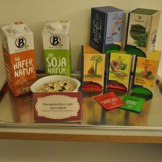 Bio-Pflanzenmilch, Sonnentor-Tee und selbstgemachtes Jubi-Biomüsli; Foto: Lena Behrendes