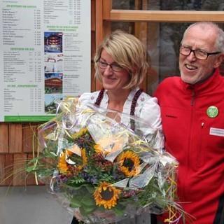 Alle sind zufrieden: Der Erste Vorsitzende Günther Manstorfer mit den Wirtsleuten Silvia und Thomas Auer.