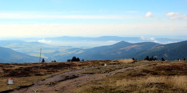 Auch ohne Schnee weit und breit kann sich die Aussicht vom Schneeberg sehen lassen. Foto: Swen Geißler