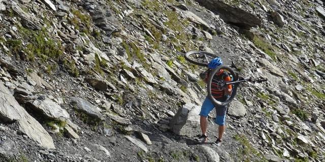 Tag 10: Nach einer wenig erholsamen Nacht im Réfuge du Mont Viso beginnt die Etappe mit dem anstrengenden Aufstieg über den Passo di Vallanta und den Colle Losetta nach Italien.