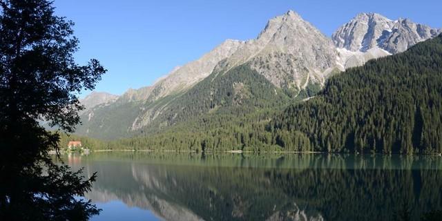 Antholzer See - Bergromantik: Frühmorgens ist am Antholzer See unter Wild- und Hochgall die Welt noch ruhig und in Ordnung.