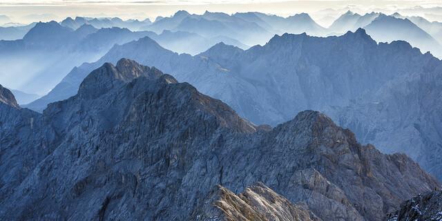 Juni: Eine anspruchsvolle Grattour im Wettersteingebirge der Jubiläumsgrat von der Zugspitze über die Höllentalspitzen zum Hochblassen, Foto: Klaus Fengler
