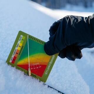 Die DAV SnowCard ist ein gutes Tool, um die Lawinenlage einzuschätzen. Sie ersetzt nicht weitergehende Informationen. Foto: DAV/Marco Kost