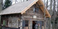 Die ursprüngliche Höllentalangerhütte von 1893 wurde vom ursprünglichen Standort unterhalb der Zugspitze abgetragen und steht jetzt im Garten des Alpinen Museums. Foto: Christine Frühholz