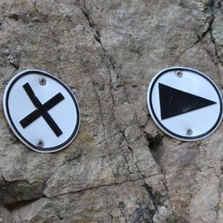 Kreuz und Pfeil beim Klettern - Diese Hinweisschilder zeigen Ihnen beim Klettern wo's langgeht.