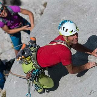 """Nur nicht loslassen! Sonst fliegt Tom aus der """"Via Barbara"""" seinen Kletterpartnern in die Arme. Foto: Christian Pfanzelt"""