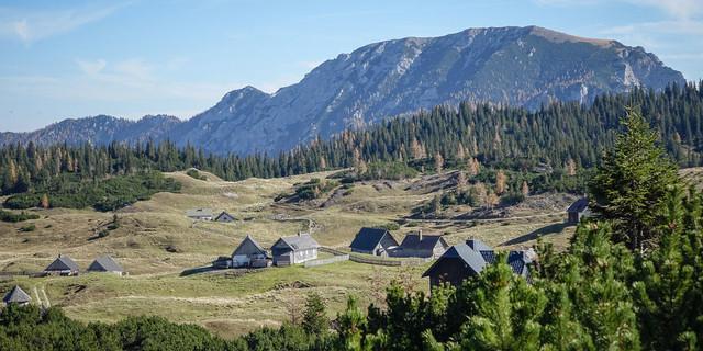 Macht ihrem Namen (oft) alle Ehre: die Sonnschienalm mit ihren Hütten vor dem Höhenzug der Meßnerin. Foto: Axel Klemmer
