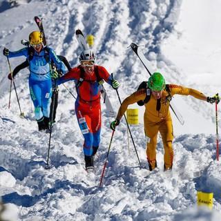 Mit den Ski auf dem Rücken müssen die Teilnehmenden einige Höhenmeter überwinden. Foto: DAV/Marco Kost