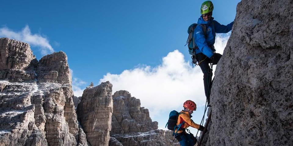 Keine Angst vor Leitern – vom Bergführer gesichert geht es konzentriert von Stufe zu Stufe. Foto: Ralf Gantzhorn