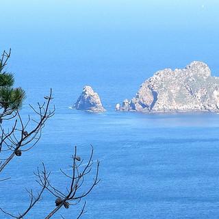 Man könnte an Capri denken. So tarnt sich die verrufene Todesküste. Foto: Eberhard Neubronner
