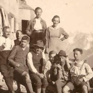 Ehrenamtliche Helfer der Sektion Oberland vor der Falkenhütte, 1922. Archiv des DAV, München