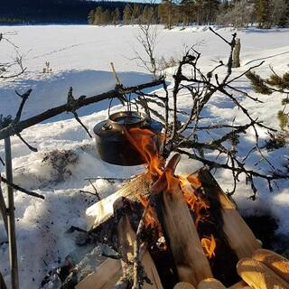 Lagerfeuer im Schnee, Foto: pixabay/Daniel Tilrem