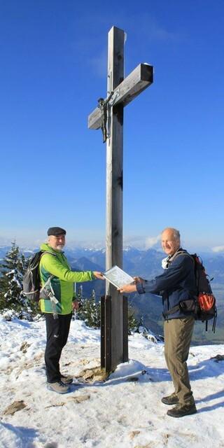 Preisverleihung mit notwendigem Corona-Abstand: Vizepräsident Roland Stierle überreicht das Preissymbol an Prof. Dr. Heinrich Kreuzinger. Foto: DAV