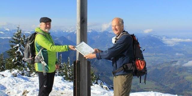 2020: Prof. Dr. Heinrich Kreuzinger erhält den Preis für sein außerordentliches Engagement und seine Verdienste im Hüttenbau der Alpenvereinshütten coronakonform auf der Hochries. Foto: DAV