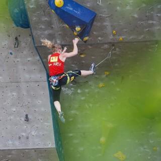 Ins Seil stürzende Kletterin. Foto: Marco Kost