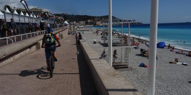 Tag 14: Das Ende in greifbarer Nähe: An der Proménade des Anglais der Uferpromenade in Nizza finden wir mit einem Plätzchen zum Baden den würdevollen Schlusspunkt eines anstrengenden Abenteuers.