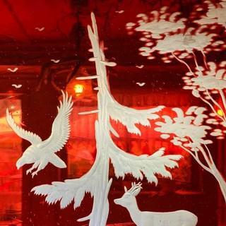 Die verzierten Glasscheiben im Schwellhäusl bei Zwieslerwaldhaus stehen für die traditionelle Glaskunst des Bayerischen Waldes. Foto: Joachim Chwaszcza
