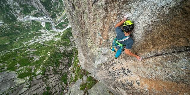 Hoch über der Schöllenenschlucht bietet die Teufelstalwand fantastische Kletterei. Foto: DAV / Silvan Metz