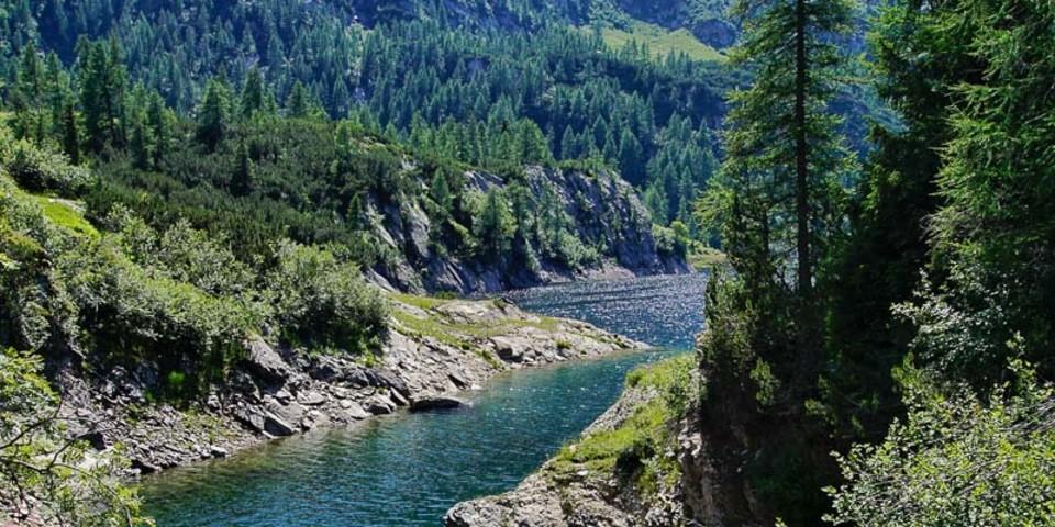 Der Wasserreichtum der zentralen Bergamasker Alpen wird seit Jahrzehnten zur Stromerzeugung genutzt, auch um das Rifugio Laghi Gemelli. Foto: Joachim Chwaszcza
