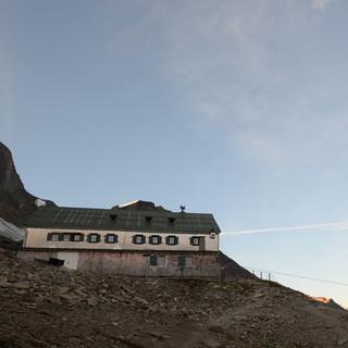 Frühmorgens am Schwaigerhaus - Aufbruch vom Schwaigerhaus zur Königsetappe&#x3B; die Gletscher leuchten schon.