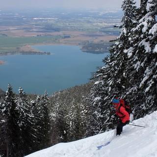 Hoch über dem grünen Vorland liegt an den Nordseiten der Bayerischen Alpen oft noch viel Schnee. Foto: M. Pröttel