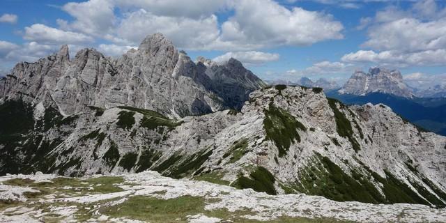 Im Aufstieg zur Forcella de Zita Nord hat man die Tamer-Gruppe (l.) und den Monte Pelmo (r.) gut im Blick. Foto: Joachim Chwaszcza