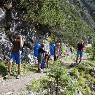 Schülergruppe beim Abstieg nach Zams