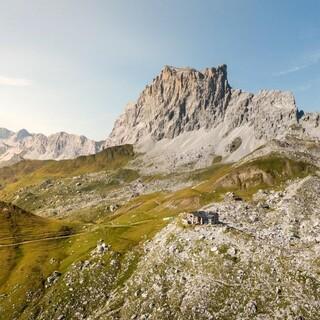Carschinahütte und Drusenfluh. Foto: Graubünden