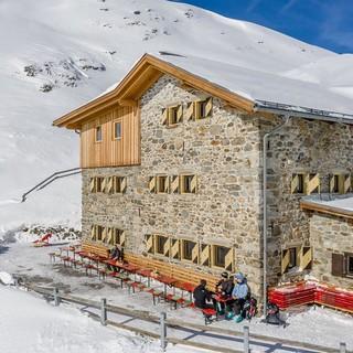 Auf der Amberger Hütte endet die Sommersaison Anfang Oktober, im Winter öffnet die Hütte wieder als Stützpunkt für Ski- und Schneeschuhtouren. Foto: Stephanie Maria Lohmann