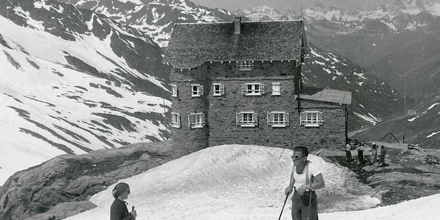Skifahrer vor der Siegerland Hütte, 1938. Sektion Siegerland des DAV / Archiv des DAV, München.
