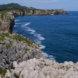 Von Wind und Wellen zerfressen: Klippen bei den Bufones de Arenillas. Foto: Antes & Antes
