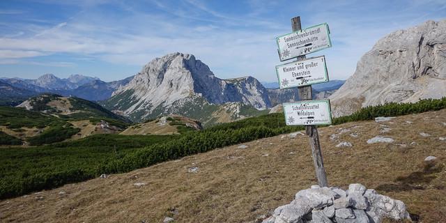Nicht Fleiß-, sondern Pflichtprogramm: der Abstecher zum Großen Ebenstein&#x3B; gleich links vom Wegweiser, unter der Felsbastion des Brandstein, der Schafhalssattel. Foto: Axel Klemmer