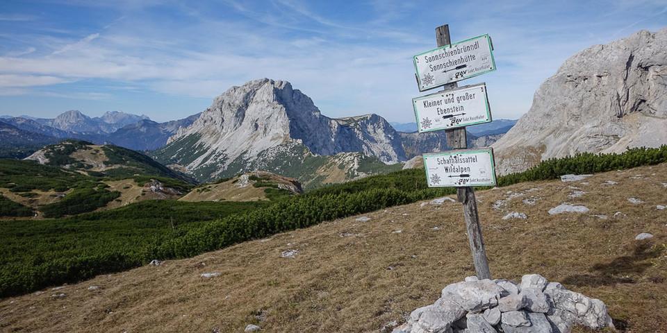 Nicht Fleiß-, sondern Pflichtprogramm: der Abstecher zum Großen Ebenstein; gleich links vom Wegweiser, unter der Felsbastion des Brandstein, der Schafhalssattel. Foto: Axel Klemmer