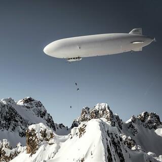 Stefan Ager, Fabian Lentsch und Andreas Gumpenberger seilen sich vom Zeppelin mit Skiern ab. Foto: Mirja Geh