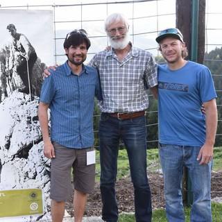 """Die Bergführer Tom Rabl, Peter Brandstätter und Guido Unterwurzacher erzählten den Besuchern des """"Koasakletterfestls"""" über die Bedeutung der Pumprisse. Foto: Andi Dick"""
